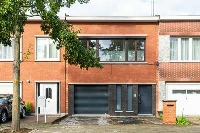 Gerenoveerde eengezinswoning met 3 slpk, tuin en garage met oprit.